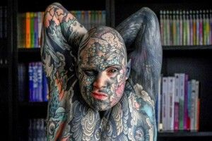 У Франції вчителя звільнили з дитячого садка через татуювання