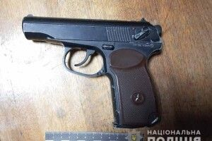 Озброєний пістолетом 43-річний дядько намагався пограбувати 15-літнього юнака