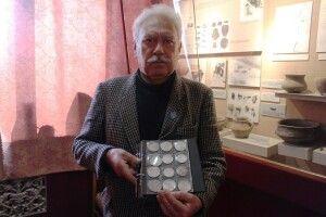 Любомльський краєзнавець подарував музею 98 срібних монет зі скарбу