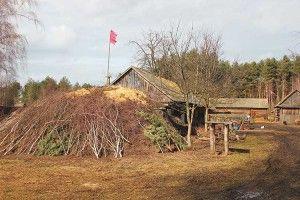 Це не політика, азадля оборони: на хуторі Забілому повсюди червоні прапорці