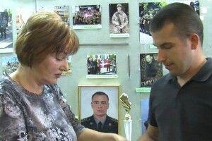 Мама волинянина, загиблого на Сході,  передала нагороди сина в музей