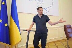 Прем'єр-міністр України покатався будівлею Кабміну на самокаті (Відео)