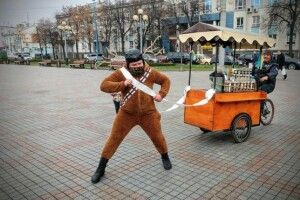 У Рівному активіст через обіцянку бігав майданом у костюмі оленя (Фото)
