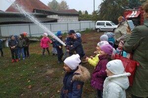 Дошкільнята Любешова оглядали справжню пожежну машину, а поміж тим слухали про безпеку