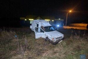 На Волині авто застрягло на колії та потрапило під потяг: водій втік