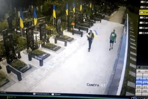 У Полтаві бузувіри зірвалидержавний прапорз могили загиблого ветерана АТО