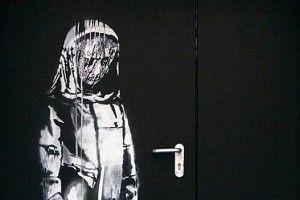 Викрадачі вирізали картину Бенксі із металевих дверей