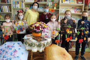 У Луцькій книгозбірні хризантеми розквітли в гарбузі (Фото)