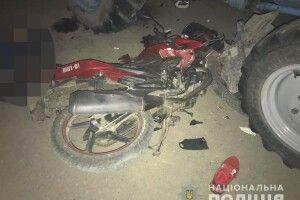 На Рівненщині мотоцикліст влетів під трактор і загинув
