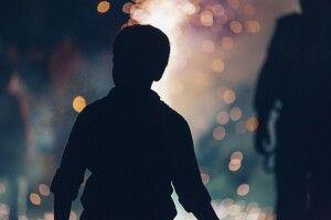 Чоловік викинув двох дітей на вулицю, поки їхня мати була в пологовому (Фото)