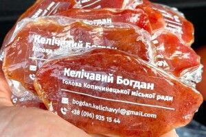 Мер містечка виготовив візитки з… м'яса