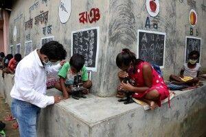 Замість шкільної дошки ㅡ стіни будинків: в Індії вчитель просто на вулиці проводить уроки