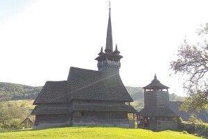 На новому храмі– золоті куполи, астаренька церква вмирає наочах