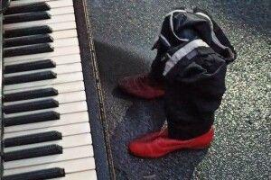 Зеленському на день народження принесли під ОП рояль: «Займайтеся тим, що у вас виходить» (Фото)
