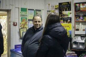 Підприємець роздає школярам солодощі за 12 балів із рідної мови в щоденнику