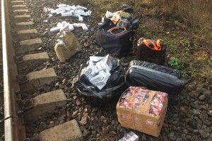 На українсько-білоруському кордоні контрабандисти то никають сигарети, то викидають їх з потяга