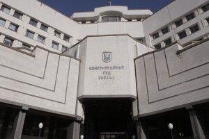 Відомий український журналіст принагідно згадав, як 17 років тому пожбурив цеглину у вікно Конституційного суду