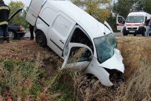 Зіткнулися «Renault» і «Toyota»: від удару 15-річна дівчинка вилетіла через вікно і впала на дорогу (Фото, відео)