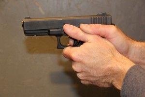 Невідомий із пістолетом пограбував заправку на Рівненщині