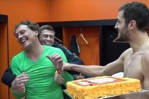 Партнери з «Шахтаря» зацідили Андрію П'ятову тортом в обличчя (відео)