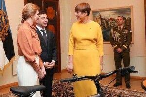 Неочікувано, але з натяком: президентка Естонії подарувала Зеленському велосипед