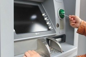 20-річний житель Вараша підглянув пін-код і зняв гроші із чужої картки