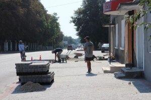 У Володимирі-Волинському тривають роботи з брукування тротуарів