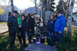 Мама волинського Героя: «Навіщо меморіальні дошки на стінах шкіл, якщо ви, владці, до могили дороги забуваєте?»