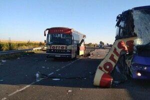 Від зіткнення двох автобусів на трасі двоє людей загинули і 11 покалічилися (Фото)