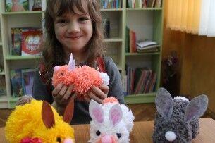 У Луцьку відвідувачі бібліотеки вчилися перетворювати нитки на кроленят