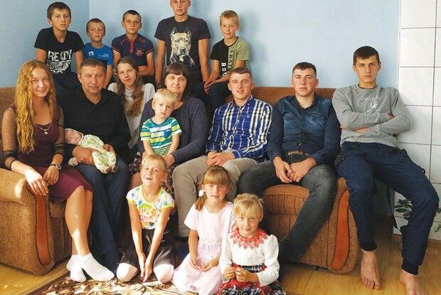 Один за другим – горою: як живе волинська сім'я, у якій виховують 15 дітей