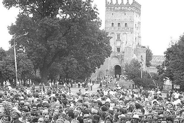 Учасників мітингу в Луцьку кадебісти фотографували з дерев і з вікон профтехучилища