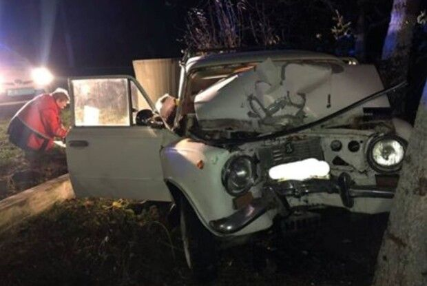На Рівненщині рятувальники ледь витягнули двох чоловіків із понівеченого у ДТП автомобіля