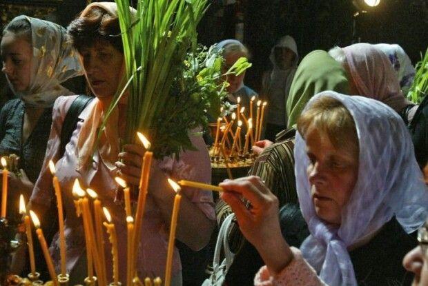 Зелені свята пахнуть лепехою,  сяють чистотою іславляться молитвою