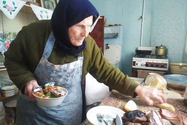 На Волині 96-річна бабуся і голубці сама крутить, і картоплю копає