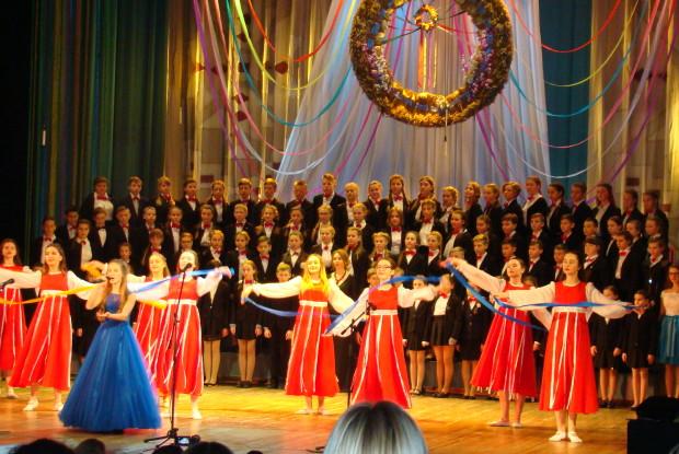 800 школярів Луцької школи №9 показали власні таланти на сцені Волинського драмтеатру