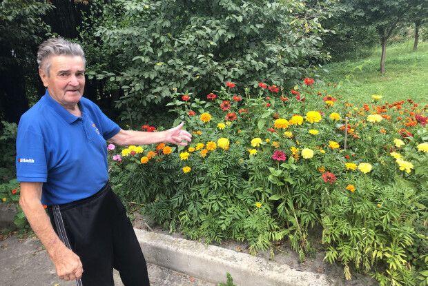 На Волині колишній моряк висаджує квіти у дворі багатоповерхівки (Фото)