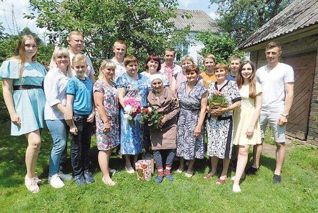 У95років Олена Токарська співає ідекламує… чотирма мовами!