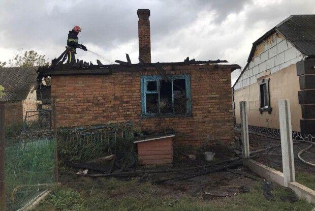 На Рівненщині вогнеборці під час пожежі врятували житловий будинок
