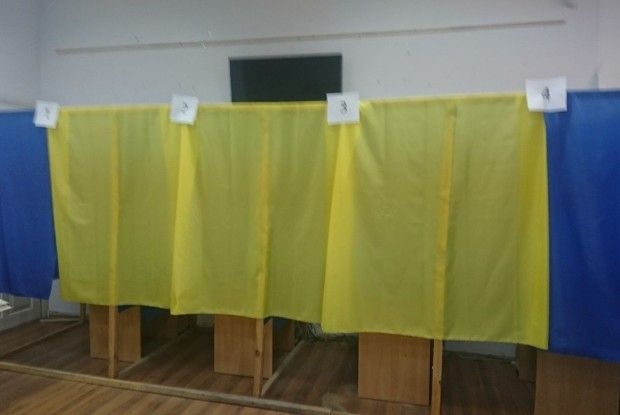 За 10 хвилин до закінчення голосування ОПОРА фіксує агітацію, нестачу кабінок та повідомляє про конфуз із підписом за іншу особу