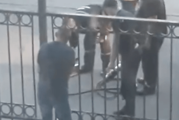 На залізничному вокзалі у Ніжині пасажир застряг головою у металевому паркані