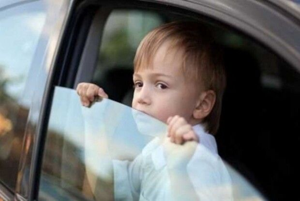 Посадив дитя у машині спереду  – заплати півтисячі штрафу