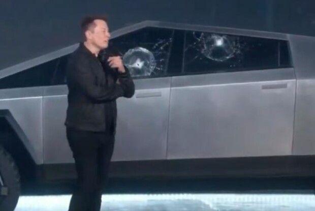Броньоване вікно пікапа Tesla розбилося, коли демонстрували, що це неможливо