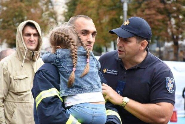 У Дніпрі боєць ДСНС під час ліквідації пожежі віддав свою захисну маску потерпілим, що дозволило врятувати життя двох людей