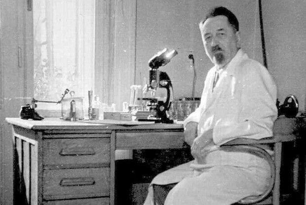 Щоб створити вакцину від тифу, своєю кров'ю годував вошей