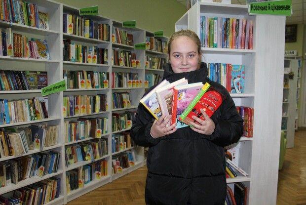 Луцька семикласниця подарувала бібліотеці цілий стос книг (фото)