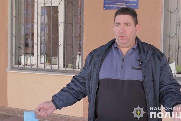 Чоловікові, який кинув касиру в обличчя жменю копійок, оголосили про підозру (Відео)