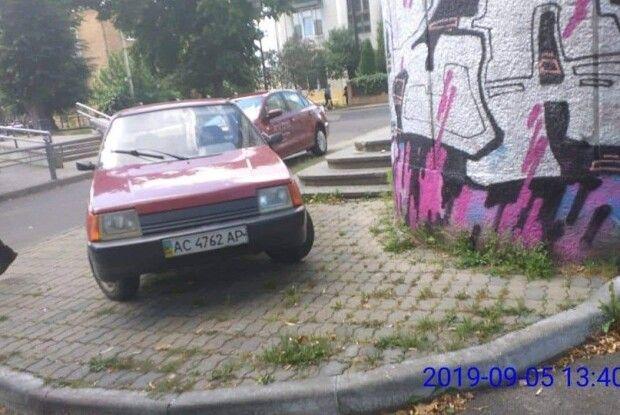 У Луцьку покарають водія, який вмостив свою автівку просто посеред тротуару