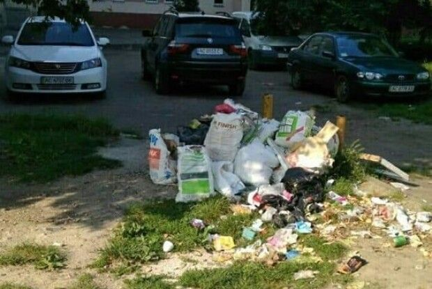 Лучанин облаштував смітник посеред вулиці