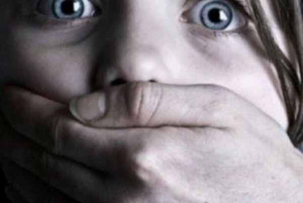 На Хмельниччині до поліції звернулася 18-річна дівчина: стверджує, що протягом останніх семи років її регулярно ґвалтував рідний батько